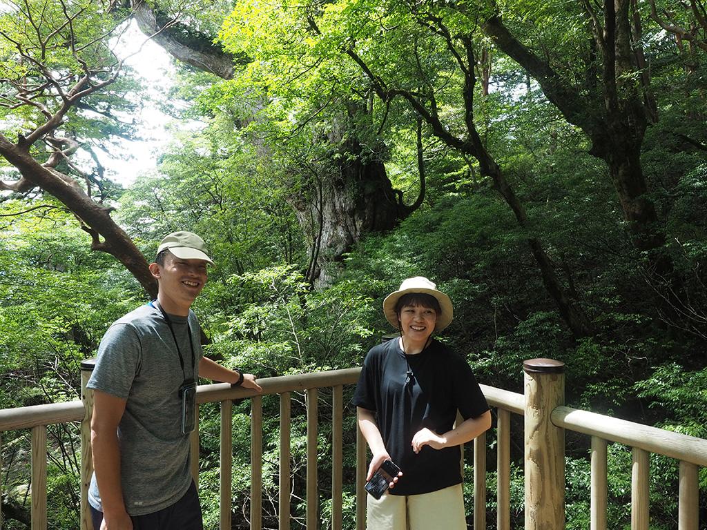 念願の縄文杉との対面を果たして二人でくつろいでいた時の写真