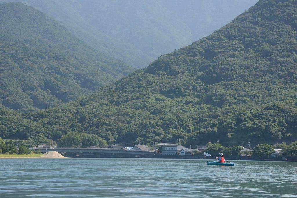 この日のMさんは栗生川に浮かべたカヤックをグイグイ漕ぎ進め、あっという間に自然と溶け込んでいる様子を収めた写真