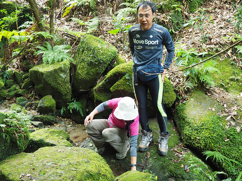 この日初めての給水ポイントとなる清流で水を汲むT夫妻