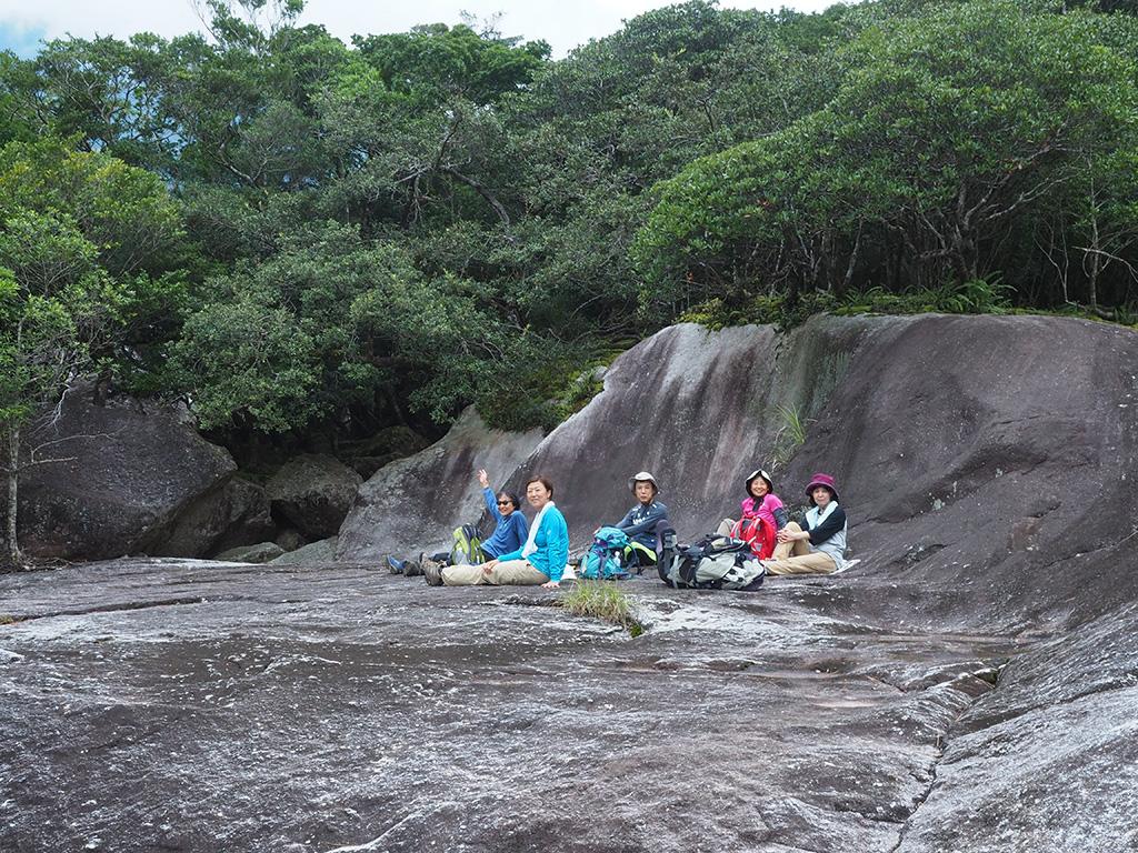 5人が集まってもまだその大きさを感じさせる1枚岩の上での記念撮影