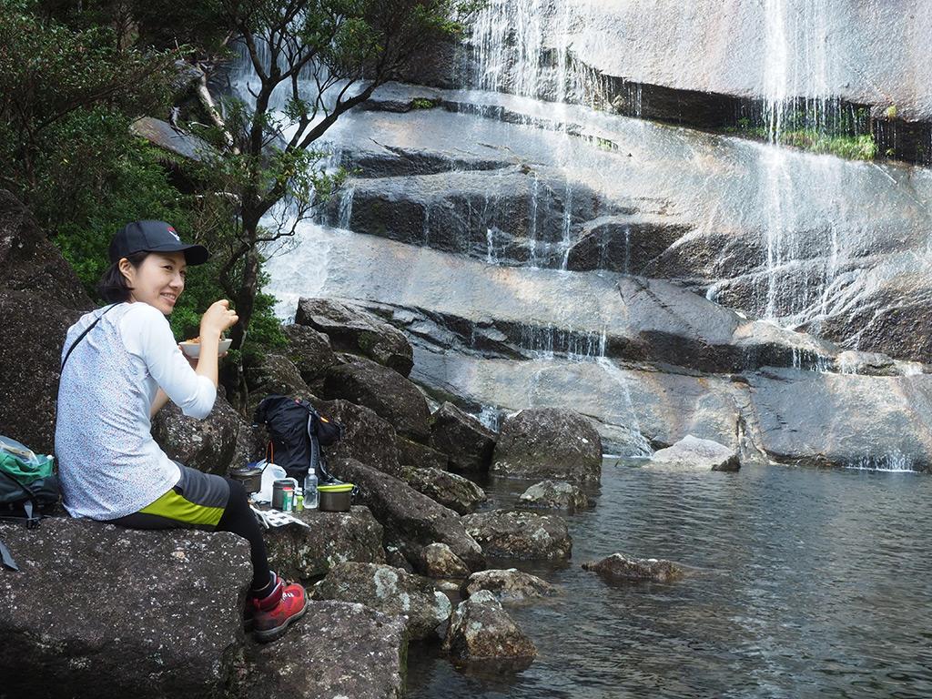 蛇之口滝の滝壺でパスタを食べるMさんのアップ写真