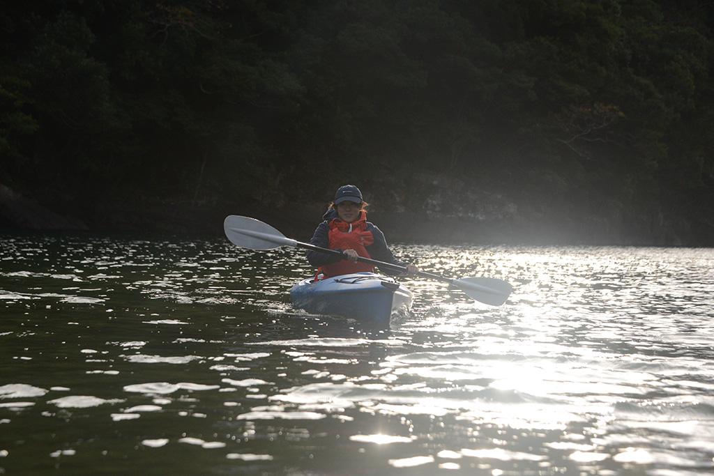 まだ早い朝の時間帯に朝陽を背中に受けながら漕ぎ進める奥さんのMさん