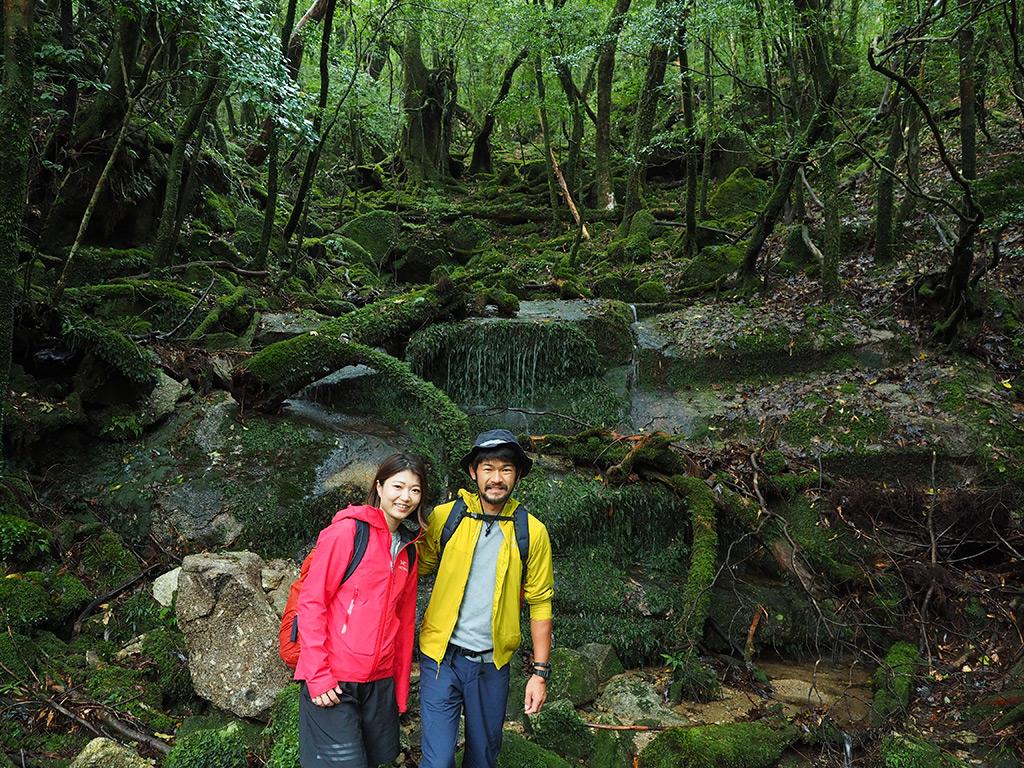 縄文杉までの道のりを歩き始めて間も無い苔の美しい場所で撮ったS夫妻の写真