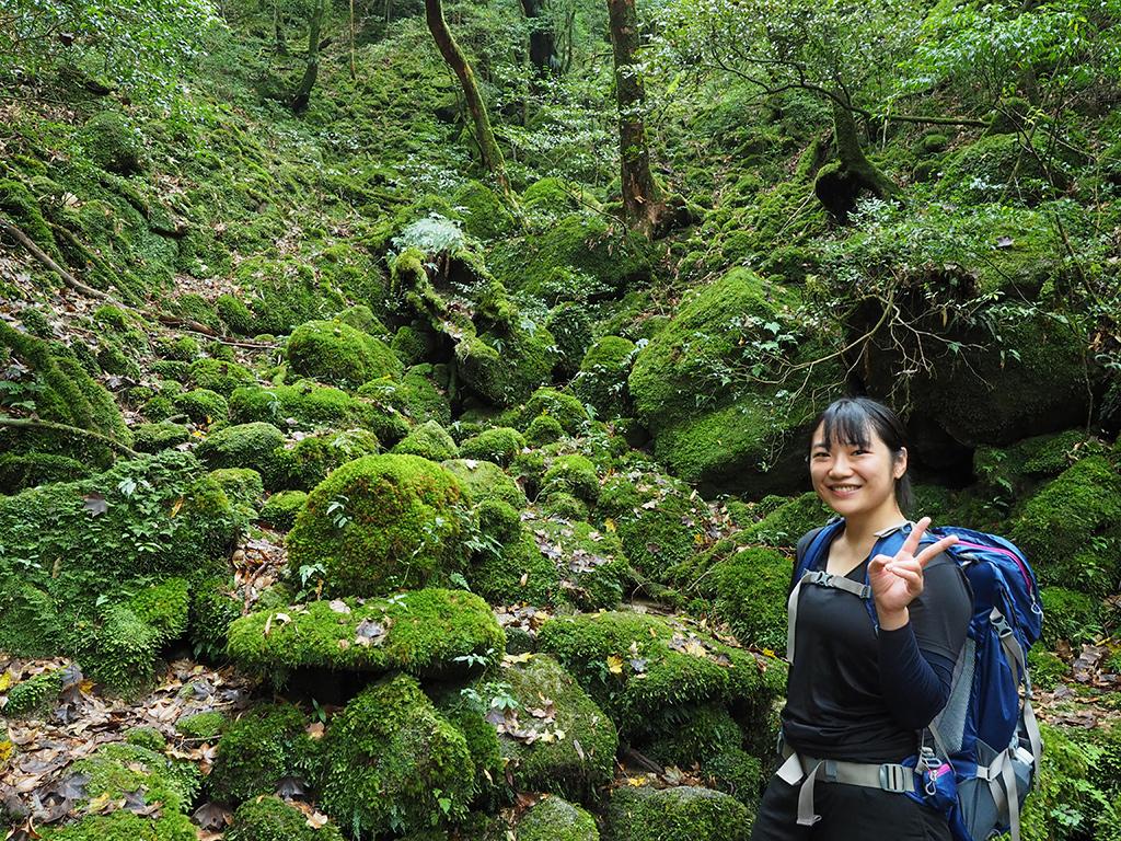 苔がモリモリした景色の前で撮ったWさんの写真