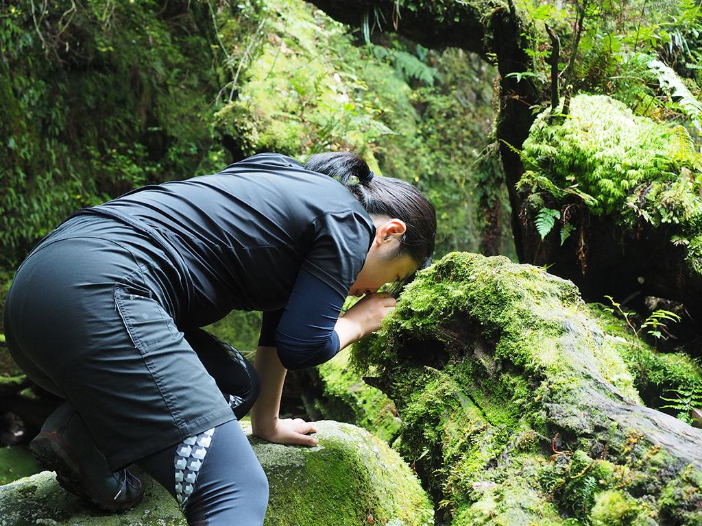 持ってきた拡大鏡で苔を観察するWサンの写真
