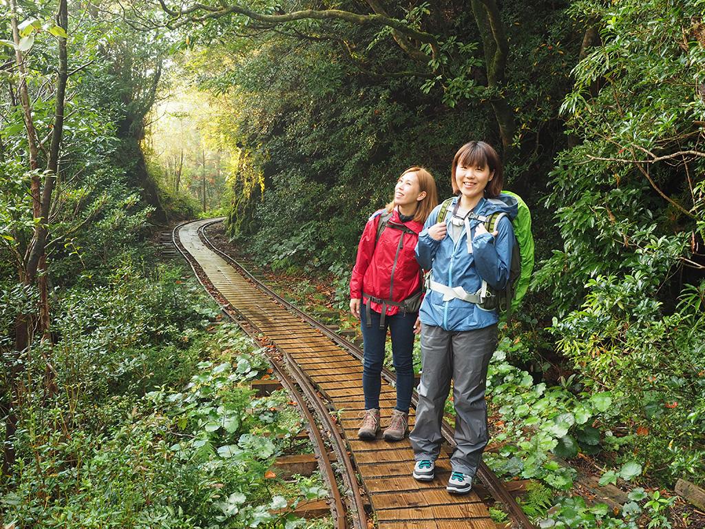 私たちが歩き始める直前に止んだ雨でしたが、その後出てきた朝陽をバックに笑顔一杯の参加者2人の写真