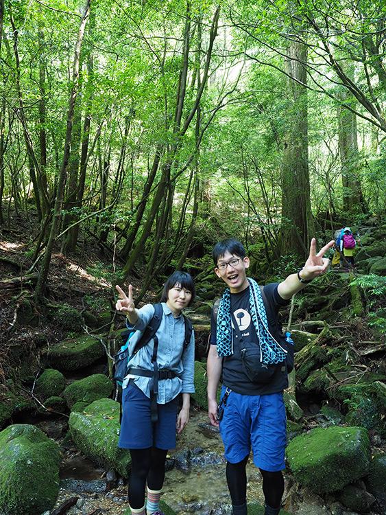綺麗な木々の緑が映える森の中で2人の写真