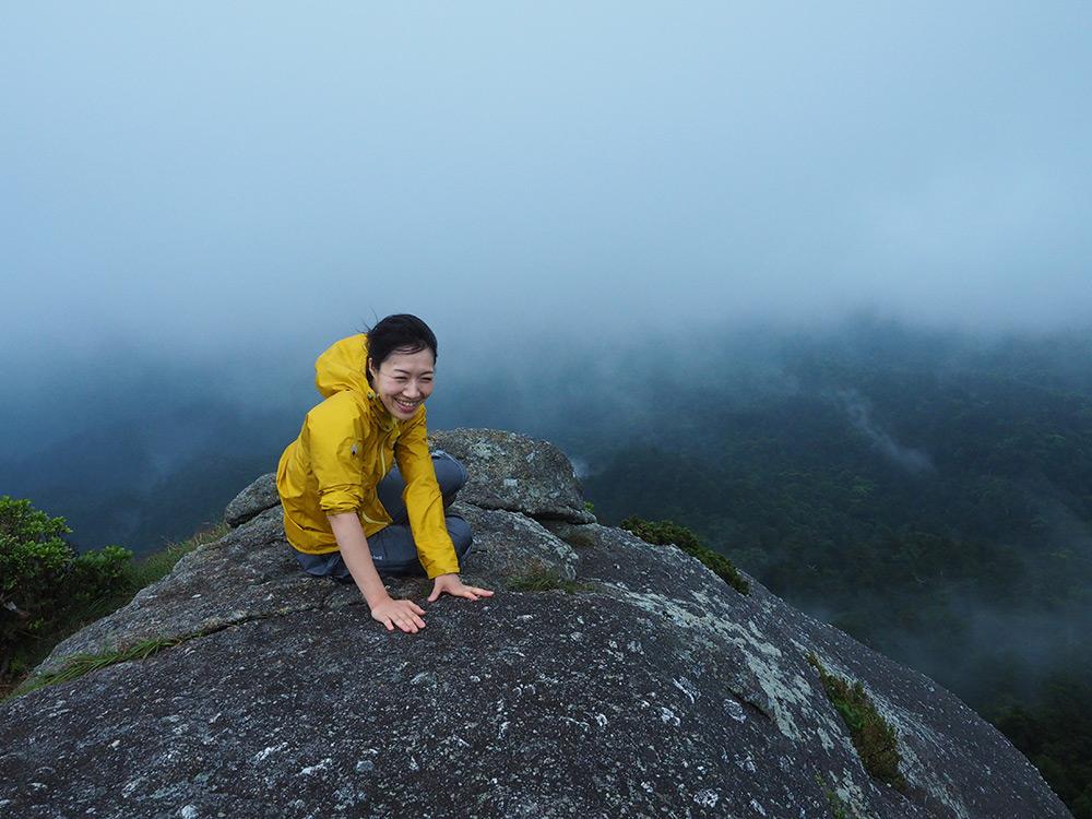 予想通り、山頂は立つと身体が持って行かれそうな強風で、岩にへばりついてその風の乱暴加減を楽しむMサン
