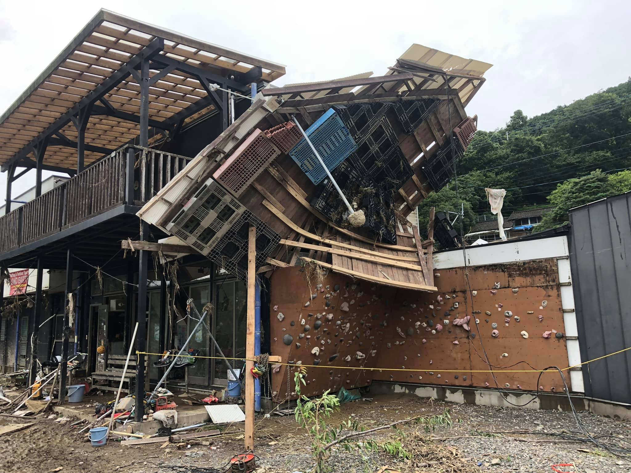 ランドアースの崩壊した社屋