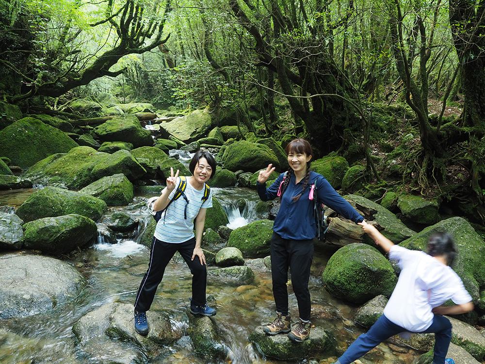 苔の美しい白谷川本流で記念撮影をしようとした時に、恥ずかしくて逃げようとするMちゃんとの写真
