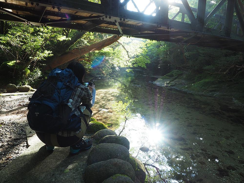 朝陽が川面にきらめく淀川の写真を撮るリピーターのSさん