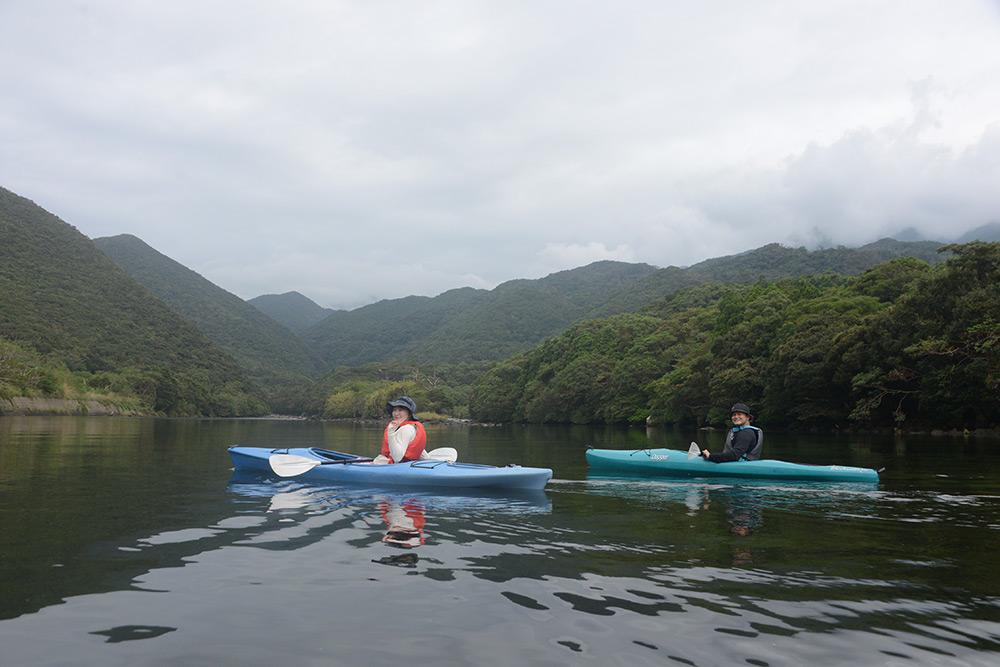 栗生川に浮かぶカヤックに乗った参加者2人の写真