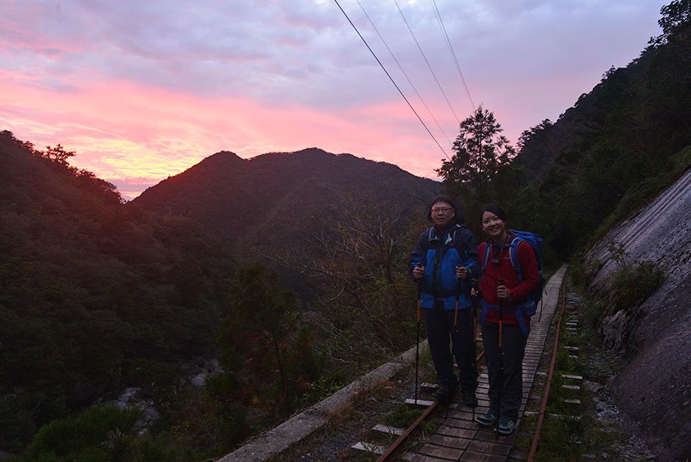 朝焼けに染まる空と参加者ふたりの写真