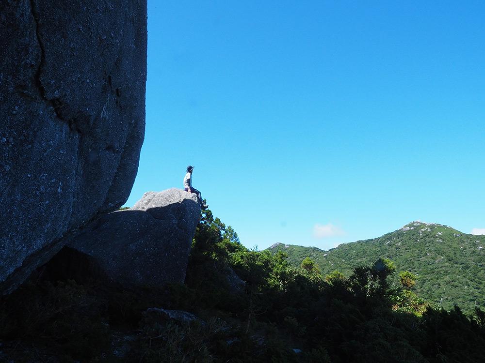 トーフ岩にチョコンと座るMさん