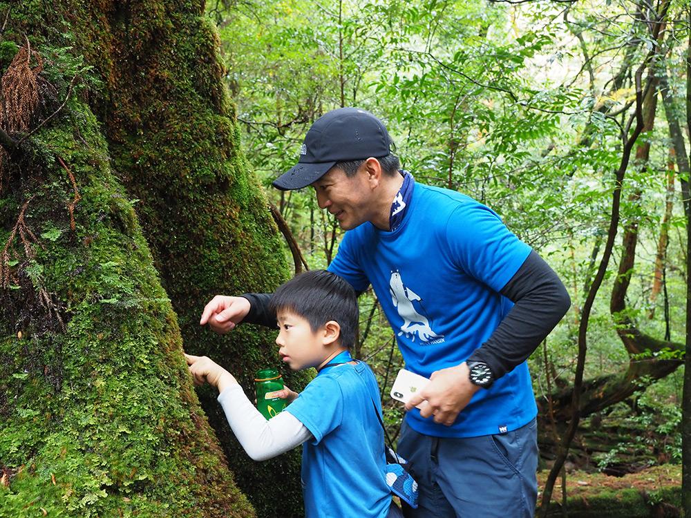 苔についた雫以上の輝きをもってその雫を見る息子さんとお父さん