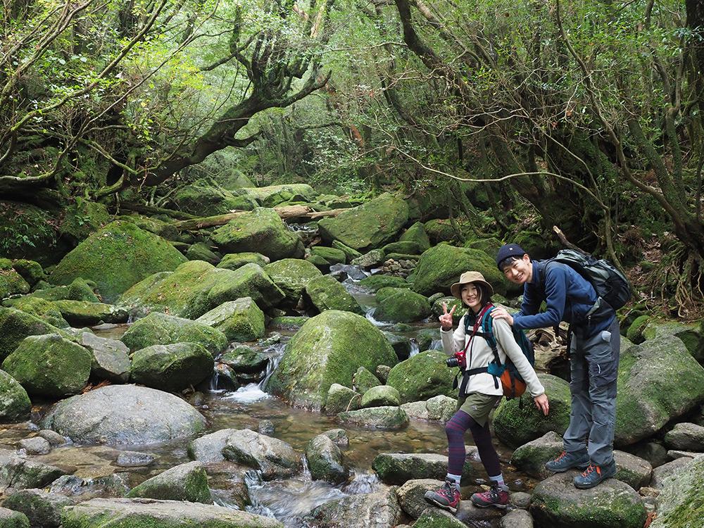 白谷川本流を渡る所で、苔と沢の美しい光景をバックに撮った笑顔一杯の写真