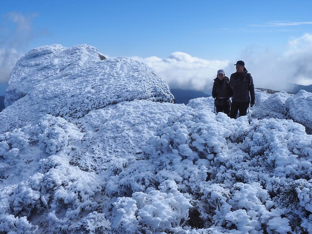 エビの尻尾だらけの山頂で撮った二人の記念撮影