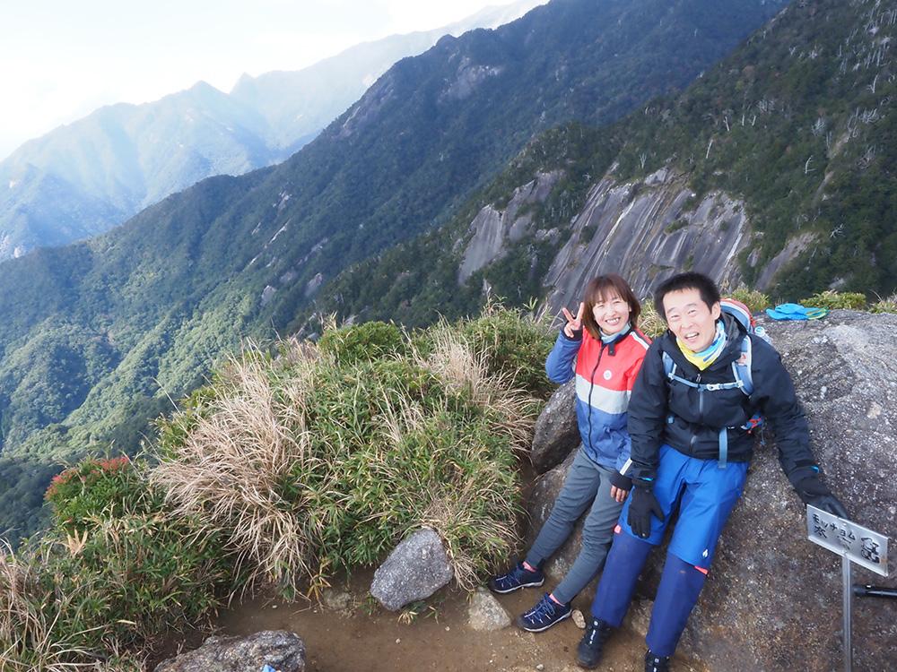 山頂で二人揃ってこちらにポーズをとった写真