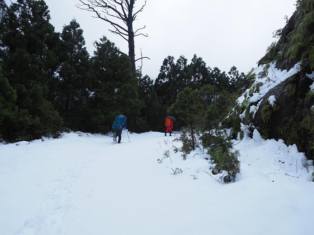 雪の積もった林道をあるく古賀くんと加藤くん