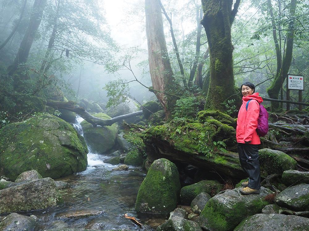 霧立込める白谷雲水峡で、参加者Rさんと川のほとりで撮った写真