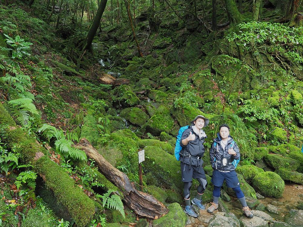 苔に覆われた沢の前で撮った二人の写真